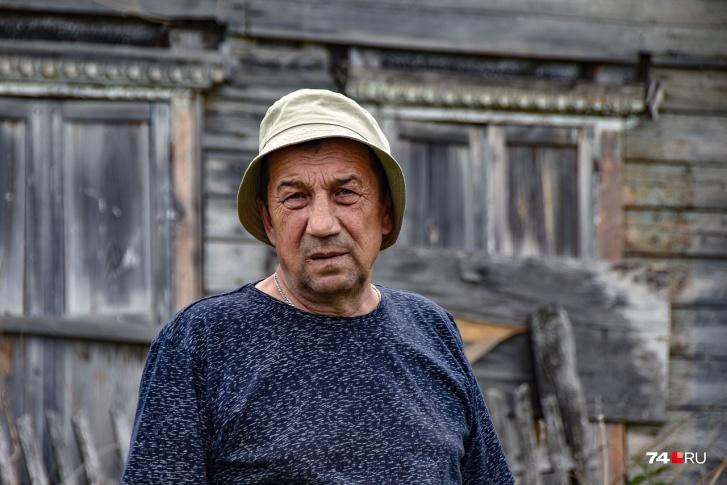 Николай на фоне дома, где жил в подростковом возрасте. Теча — сразу за огородом