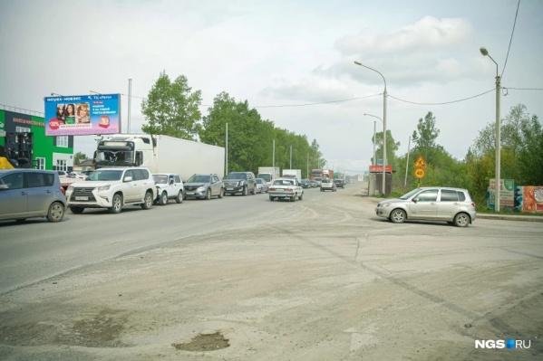 Дорога на улице Большой — настоящее испытание для жителей микрорайона Дивногорский. Ремонт здесь начался зимой прошлого года и продолжится как минимум до осени 2022 года