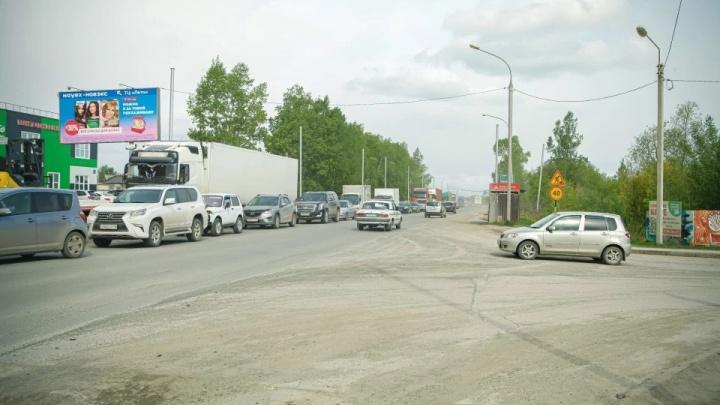 Власти назвали причину простоя ремонта на Большой, где собираются большие пробки