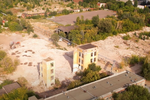 На площадке сносят последние корпусы завода