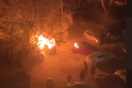 Во дворе дома в Ленинском районе вспыхнула машина — обгорел человек