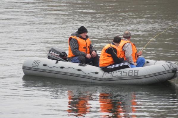 Мужчин эвакуировали сотрудники МЧС