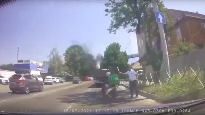 В Краснодаре сотрудник ДПС ударил мопедиста жезлом по шлему за проезд на красный. Тот в ответ плюнул