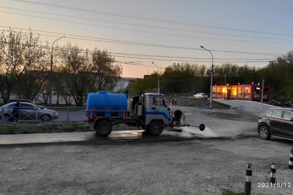 Машинка, которая моет тротуар, — редкий зверь в Новосибирске
