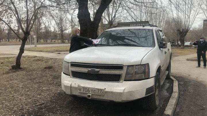 Убрала машину после 6 штрафов: в Красноярске начались рейды против парковок на газонах