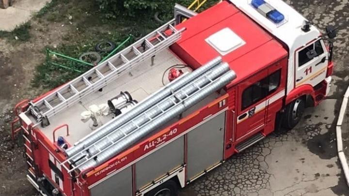 Пожарная машина застряла в дорожной яме во дворе на Северо-Западе Челябинска