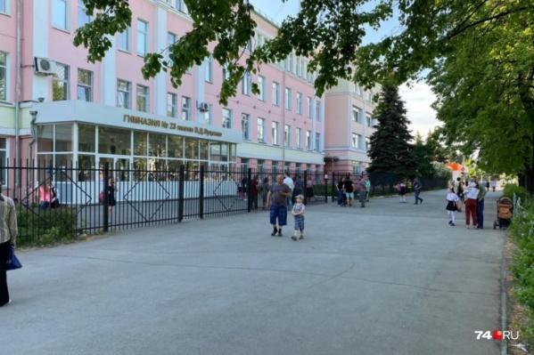 """Родители и ученики гимназии <nobr class=""""_"""">№ 23</nobr> утверждают, что рамка металлоискателя на входе не работает"""