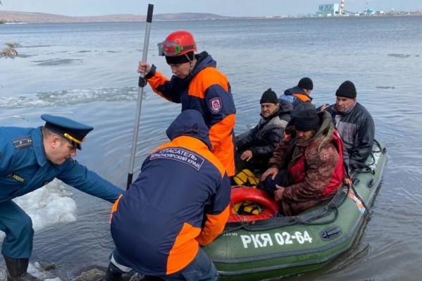 15 рыбаков вышли на опасный лед