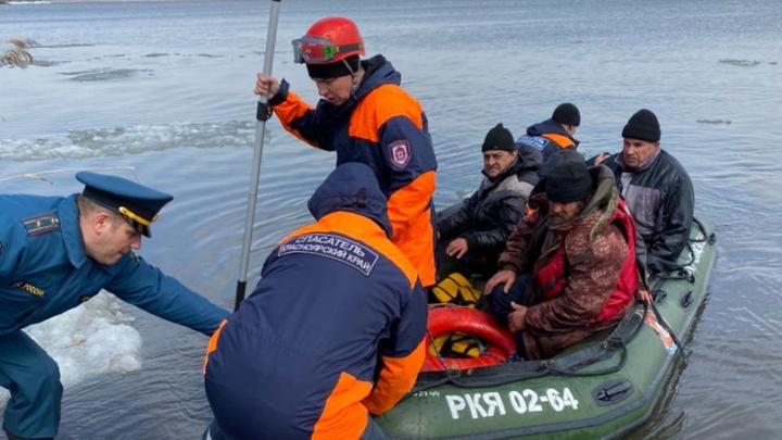 В Красноярском крае спасатели эвакуировали со льдины 15рыбаков