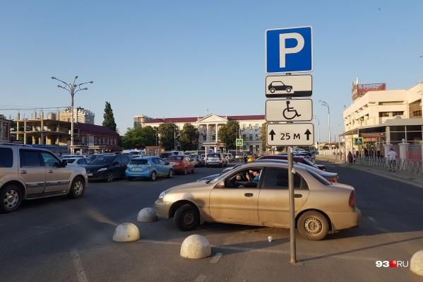 Ранее власти также хотели сделать парковку по выходным бесплатной
