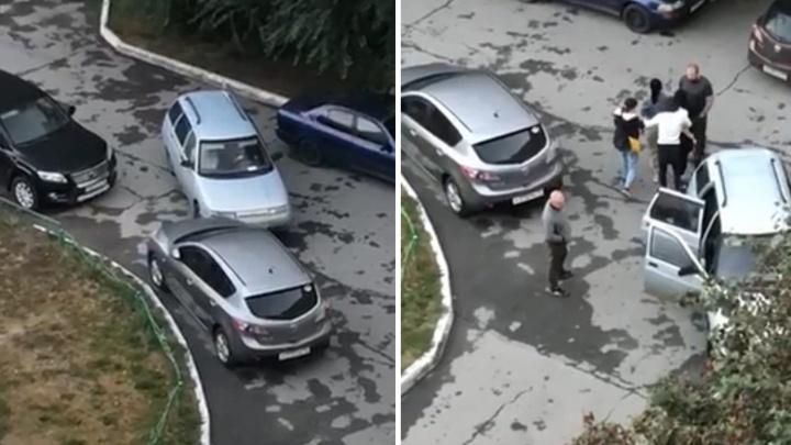В тюменском дворе подростки помяли припаркованные машины и сбежали