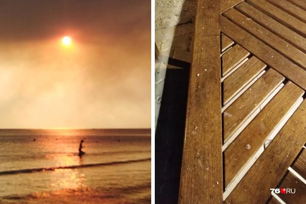 На пляже небо заволокло дымом, а пепел от пожаров падает на всё вокруг