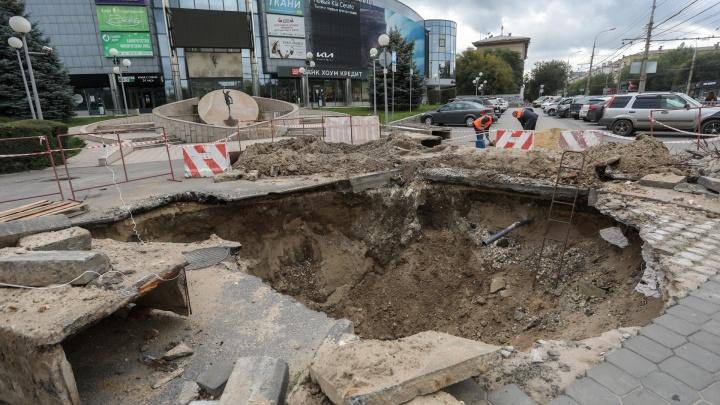 Асфальт вырвали с корнем: в Волгограде «Концессии теплоснабжения» две недели не могут залатать трубы у бизнес-центра