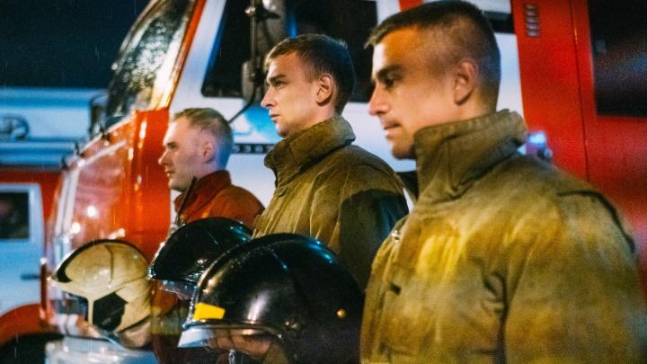 В Омске почтили память погибшего Зиничева, включив сирены пожарных машин