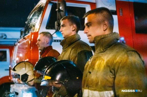Рядом с машинами стояли в трауре сотрудники МЧС в полном обмундировании