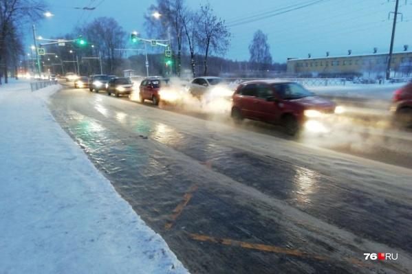 Водители общественного транспорта жалуются, что на таком льду не могут остановиться в нужном месте