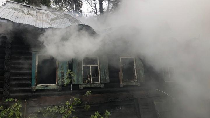 В Железнодорожном районе загорелся частный дом — в пожаре погибла женщина