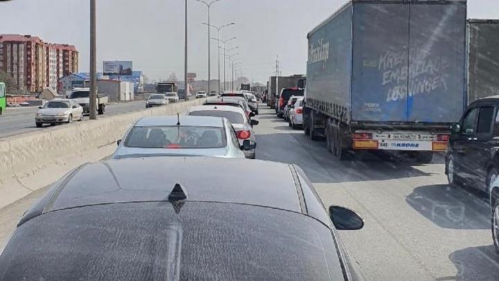 На объездной Тюмени образовалась пробка внесколько километров
