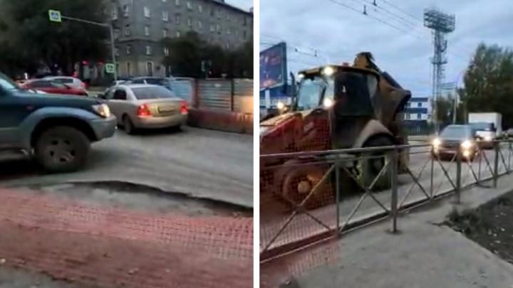 Коммунальщики перекрыли часть дороги на Ватутина в сторону площади Труда — приходится разъезжаться на одной полосе
