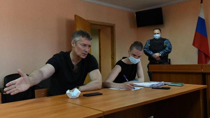 Евгения Ройзмана судят за участие в акциях протеста и за их организацию. Ему грозит арест