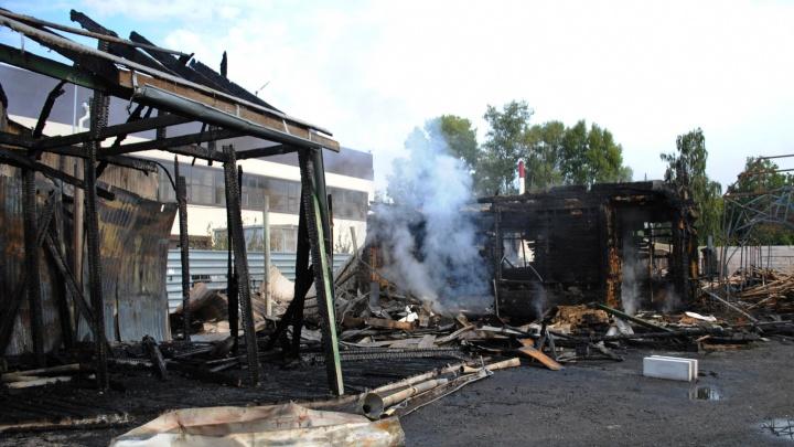 Пожарные продолжают дежурить на сгоревшем складе, где ночью погиб человек, — фото с места