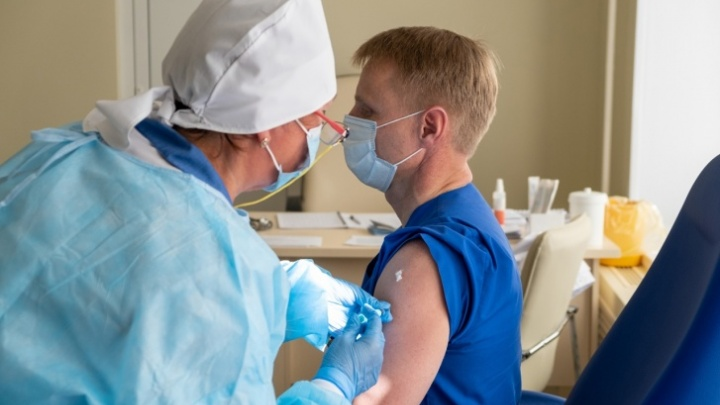 В Челябинской области началась подготовка к вакцинации от гриппа. Что делать тем, кто не успел привиться от ковида