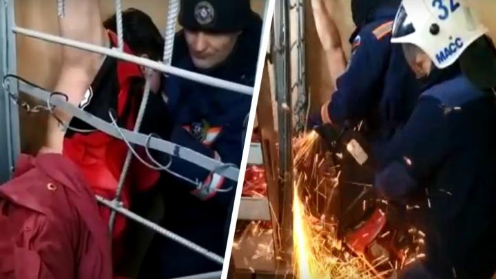 «Поспать залез»: новосибирец застрял в ограждении чердака— момент спасения попал на видео