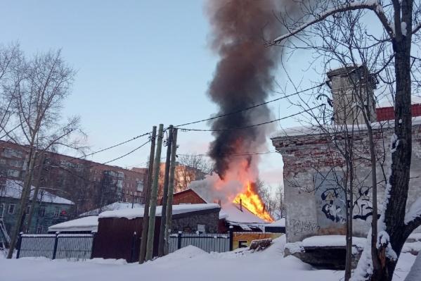 Огонь захватил всю кровлю на новом здании