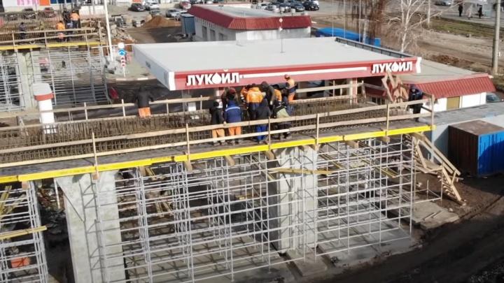 Залезли на заправку: смотрим, как продвинулось строительство развязки на Ново-Садовой