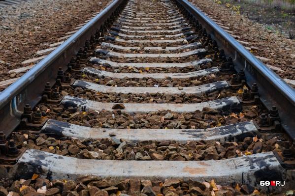 С рельсов сошли локомотив и несколько вагонов