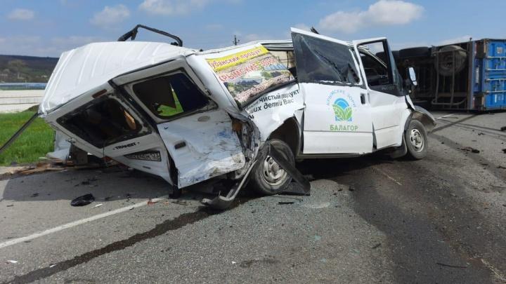 На Кубани фура раздавила микроавтобус, его водитель погиб