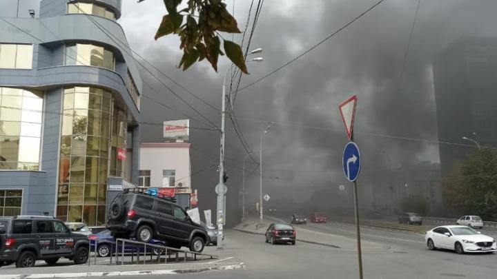 Вся улица в дыму: в Екатеринбурге на Малышева вспыхнул крупный пожар