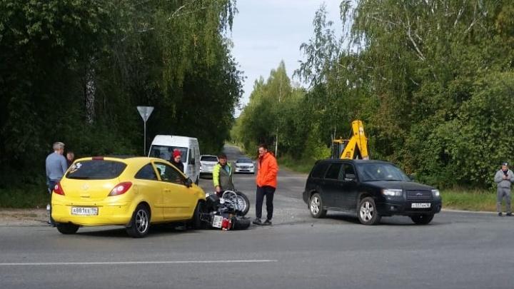 В Екатеринбурге рядом с кладбищем легковушка снесла мотоцикл. Байкер в больнице
