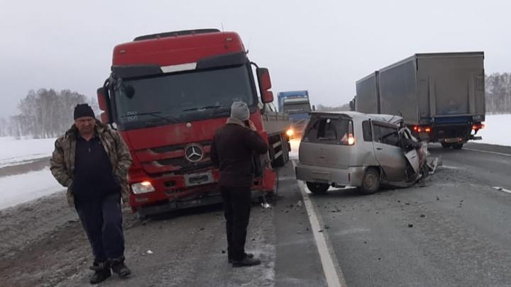 На Чуйском тракте «Ниссан» выехал на встречку и врезался вгрузовик— погибла женщина