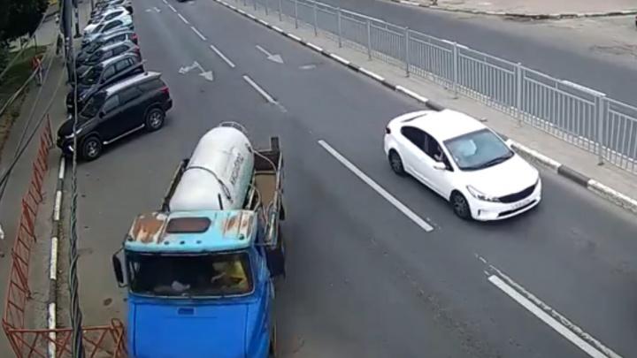 Неуправляемый грузовик летел в толпу кришнаитов: ДТП в Ярославле сняли уличные камеры