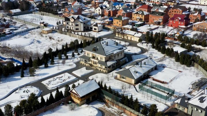 Политики, застройщики, короли госзаказа: кто живет в самых шикарных поместьях Удачного