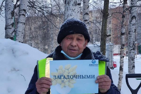 """Это тот самый дворник, которого узнали и похвалили жильцы дома на улице Маршала <nobr class=""""_"""">Жукова, 3</nobr>"""