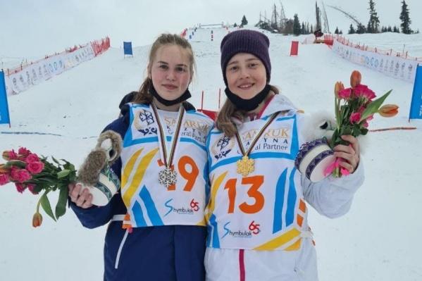 Анастасия Смирнова (справа) стала первой, а Виктория Лазаренко (слева) пришла к финишу второй