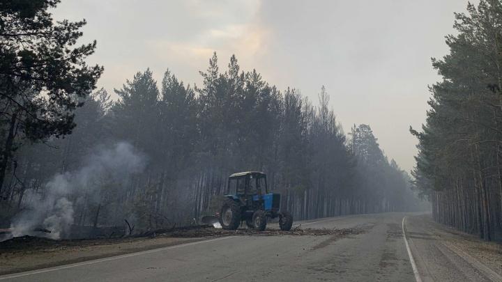 «Жене сказал, что боится не выбраться». При тушении лесного пожара под Тюменью получил ожоги тракторист