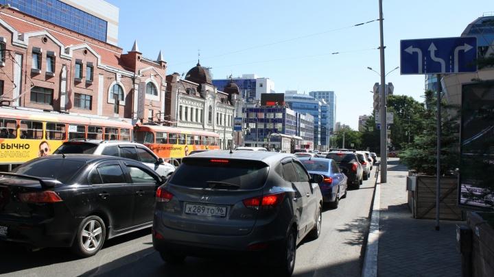 На аварийном перекрестке у «Гринвича» повесили новые знаки. Публикуем схему проезда