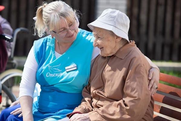 Не все бабушки и дедушки могут сами позаботиться о себе. В период отпуска или командировок семьи пожилой человек может на время поселиться в пансионате или остаться дома под присмотром опытной сиделки