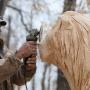 «Девчата» и «Иван Васильевич»: смотрим, как в Челябинске создаются деревянные скульптуры по мотивам кино