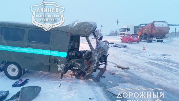 КАМАЗ влетел в машину судмедэкспертизы: есть погибшие