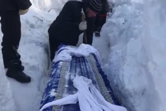 По словам дочери умершего, глубина могилы была 80 сантиметров. В доказательство девушка показала фотографии с похорон