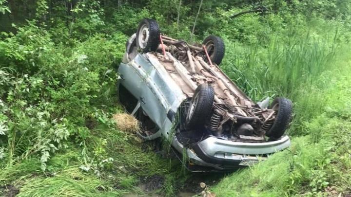 Уснул за рулем, проснулся в реанимации: на Урале водитель Chevrolet Niva улетел в кювет и получил серьезные травмы