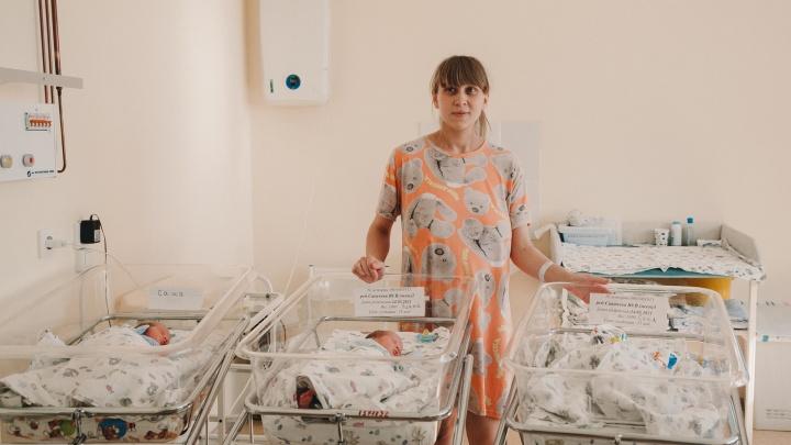 Хотели сыночка, а родились три дочки. Тюменка в 24 года стала мамой тройняшек — показываем их