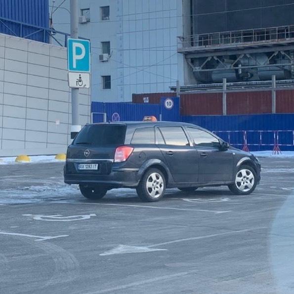 Владелец этого «Опеля» решил, что он — царь парковки