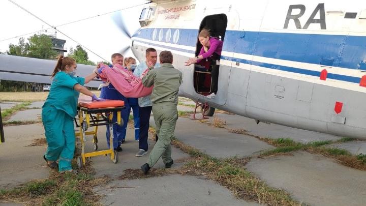 Трехлетнюю девочку, выжившую в кошмарном ДТП под Саратовом, отправили в Екатеринбург самолетом