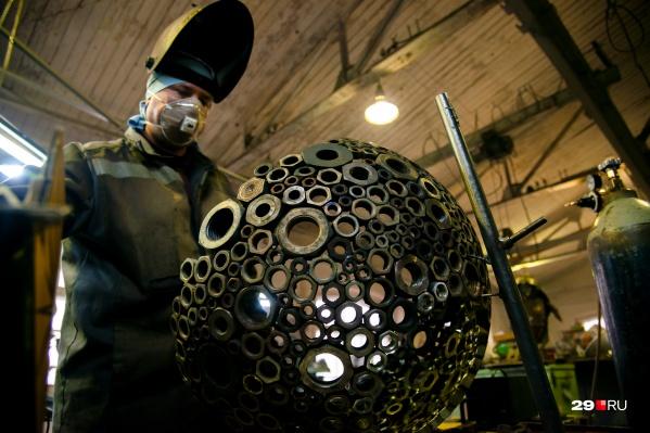 Материалы тут используют разные, в том числе «останки» советской промышленности
