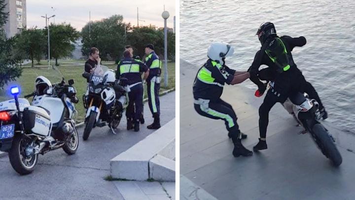 Пытался вырваться и скрыться: на набережной Екатеринбурга гаишники устроили погоню за байкером. Видео
